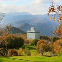 紅葉に囲まれた高原リゾートホテル