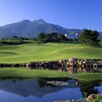 ゴルフ場より望む岩木山とホテル