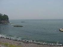 東の浜へは歩いて2分、散歩に出かけてみては