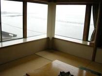窓からは浜名湖を望み夕日が綺麗です