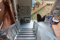 2階から降りる階段からの眺め
