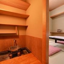 *和室4.5畳(客室一例)/本当に簡素ではございますが、手洗い等にご利用下さい。