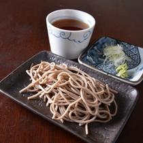 *お夕食一例(お蕎麦)/シンプルなざるそばで。そばの実の香ばしさが広がります。