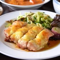 """*お夕食一例(もち豚のとんかつ)/豚肉の良さを全て備えた""""もち豚""""を贅沢に。"""