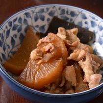 *お夕食一例(もち豚の煮物)/越後の良質な豚肉を和風出汁でコトコト煮込んだ一品。