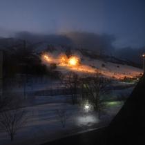 *和洋室(客室一例)/お部屋からは苗場スキー場のゲレンデや雄大な山々を望めます。