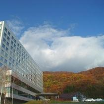 秋 ホテル全景