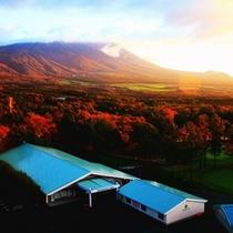 秋 岩手山とゴルフ場の紅葉(客室からの眺望一例)