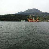 *芦ノ湖と海賊船
