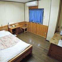 (シングル一例)2名様までご利用頂けます。オーナー作製の木製ベッドや家具でゆったりとお寛ぎください。