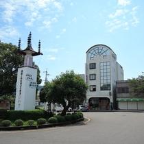 【外観】日和佐駅ロータリーに隣接!ビジネスや観光に便利です。