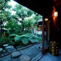 四季の移ろいを感じることの出来る美しい中庭
