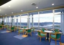 ラウンジ:眼下に奥浜名湖を一望できる絶景が楽しめます。