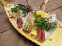 舟盛はお二人様用でご用意しております。お魚の種類はその日の水揚げによって変わります。