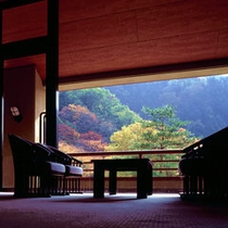 【ロビー】秋には美しい紅葉を眺めます。大きな窓からご覧下さい。