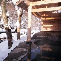 混浴露天風呂「せせらぎの湯」(冬の景観)※女性専用時間あり