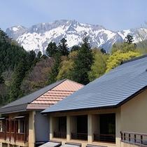 外観(春に覗く残雪の谷川岳)