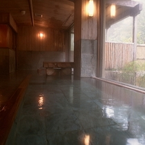 【大浴場】それぞれの大浴場には、湯船が2つ。木の温もりあふれる檜風呂と群馬県産の三波石のお風呂です。