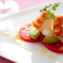 コース前菜一例:シュリンプ&アボカドサラダ