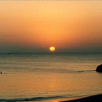 水平線から昇る朝日