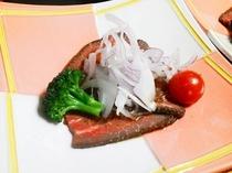 自家製ローストビーフと季節の野菜添え