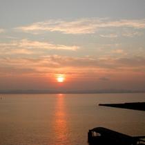 伊勢湾に落ちる夕陽