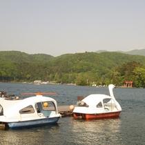 *【周辺】ボートを使えば、湖畔の神社まで行くこともできます。