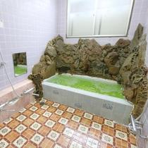 【浴室】小さいタイプですが男女別でご利用できます。