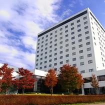 【外観】秋のホテル外観