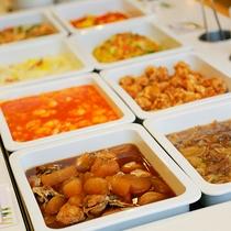 【夕食】人気のエビチリをはじめとした和洋中の料理が食べ放題♪(イメージ)