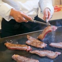 【夕食】焼きたてのステーキを召し上がれ♪(ディナーバイキングイメージ)