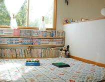 2階客室そばのプレイコーナ。マンガやおもちゃがあります。