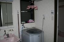 1F洗面所、洗濯機、お風呂です