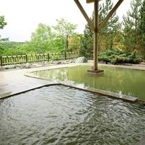 明るい開放感のある温泉露天風呂♪源泉が近いので泉質も好評です!