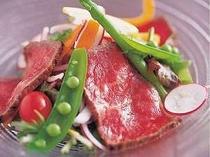但馬牛もも肉のタタキと季節の野菜のサラダ仕立て