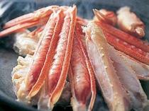 地酒「香住鶴」を振りかけ、陶板で蒸し焼きにする焼きガニ