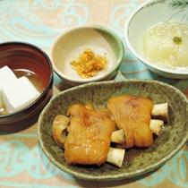 *【夕食一例】豚足煮物、島味噌、ピーナッツ豆腐など島の郷土料理