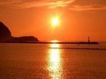 徒歩1分からの松崎海岸からの夕日
