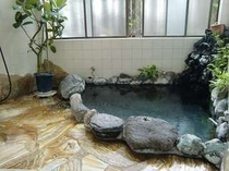 掛け流しの温泉風呂は滞在中何度でもご入浴できます(女性用)