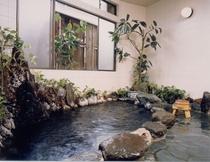源泉掛け流し岩風呂(24h入浴可)化粧の湯といわれる程、泉質も評判♪