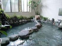 掛け流しの温泉風呂は滞在中何度でもご入浴できます(男性用)