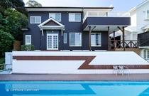 プールの上に建つ本館の2Fワンフロアがスペース