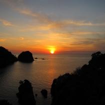 *夕日日本一宣言の西伊豆。季節により夕日がみえる位置が少し異なります。