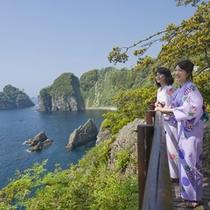 *当ホテルの遊歩道からは、西伊豆の美しい海岸線を一望。この高さからでも海の透明度がわかります!