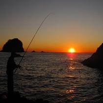 *夕日と釣り人