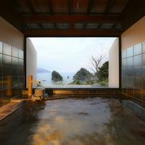 *<貸切風呂/夕星>落ち着いた雰囲気で窓を開けると優しい潮風に包まれます。