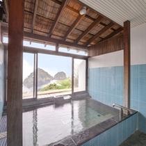 <貸切風呂~海神~>爽やかなブルーに包まれる造りで目の前の眺望も独り占め!