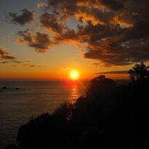 *夕日日本一宣言の西伊豆。ここ堂ヶ島から三四郎島ごしに眺める夕日はまた格別