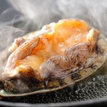 【鮑の踊り焼き】目の前で焼く鮑。食欲を誘う磯のよい香りが漂います。