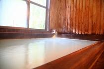 乳白色に輝く温泉
